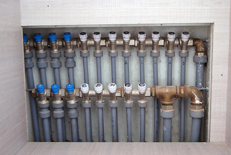 Coletor de águas com válvulas de seccionamento individual com tubagem em polibutileno